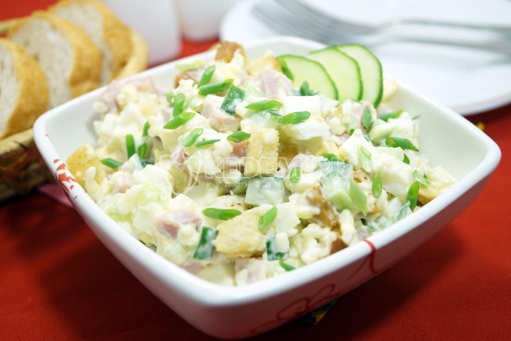 Салат с ветчиной сыром и сухариками рецепт