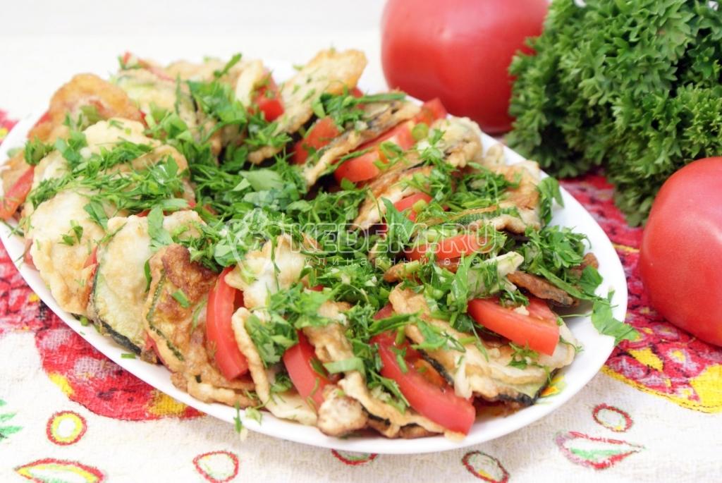 Кабачок с помидорами и чесноком на сковороде