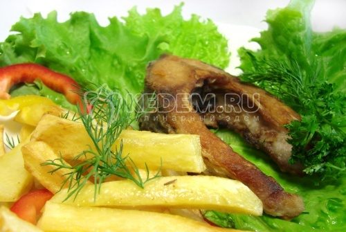 Рецепт Сазан жареный с картофелем фри и листьями салата