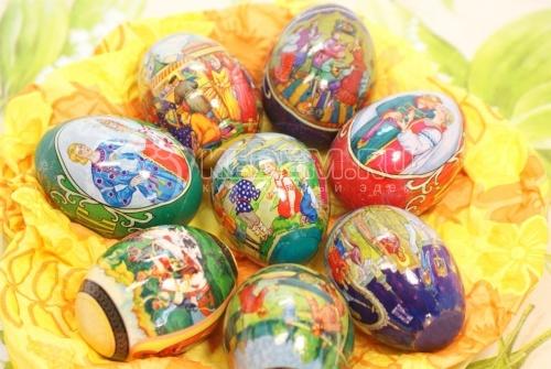 Крашенные пасхальные яйца в термопленке с рисунком