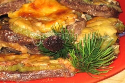Мясо под фруктово-сырным одеялом - Новогодний рецепт приготовления праздничного блюда — мяса под фруктово-сырным одеялом, для новогоднего стола.