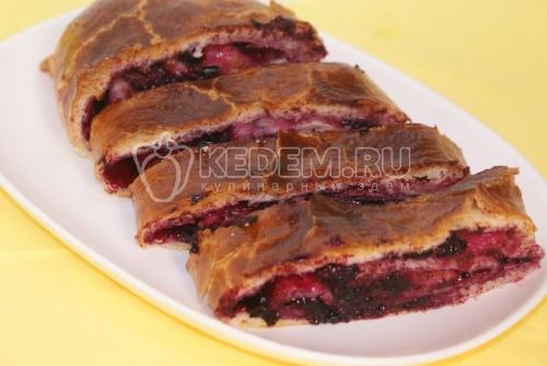 Слоеный пирог со смородиной