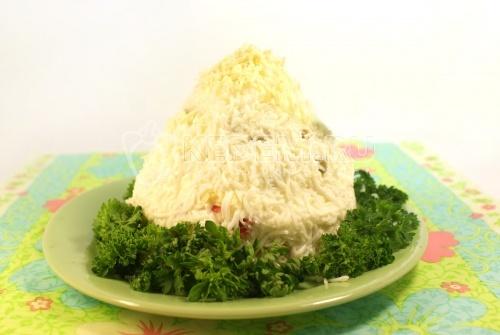 Салат «Альпинист». Кулинарный рецепт приготовления салата с сыром, красной рыбой и яйцами, заправленный майонезом.