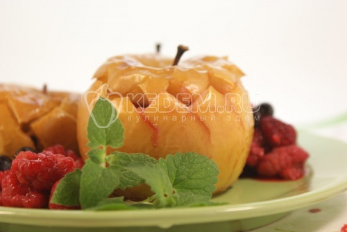 Рецепт Запеченные яблоки с медом и ягодами