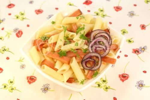 Рецепт Горячий салат с макаронами и лососем
