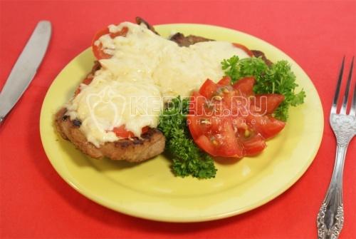 Отбивная  под сыром с помидором - рецепт
