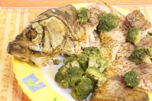 Рецепт Запеченный сазан с брокколи