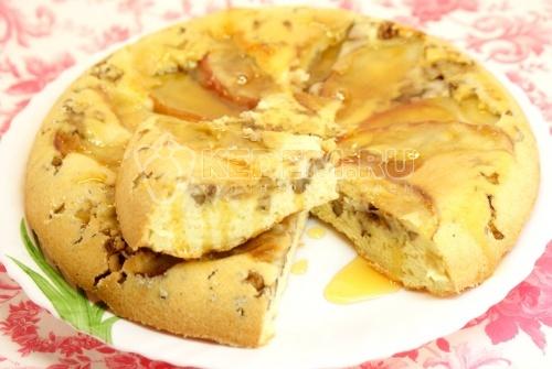 Пирог с яблоком и грецкими орехами