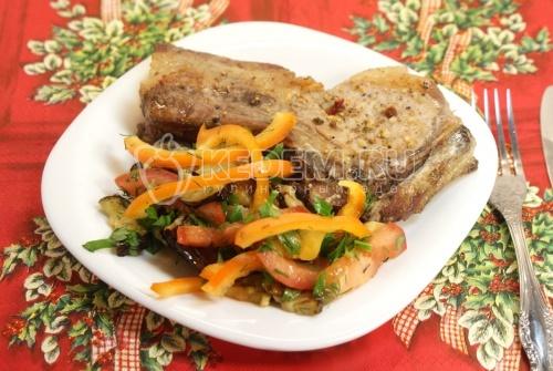 Рецепт Мясо на косточке с овощным салатом