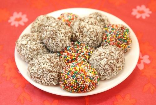 Бригадерос. Кулинарный фото рецепт приготовления сладостей из сгущенки.