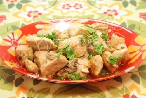 Куриная грудка тушеная в вине. Кулинарный рецепт приготовления куриной грудки тушеной в вине с лавровым листом.