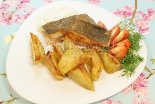 Камбала с картофелем и соусом. Кулинарный рецепт приготовления камбалы с картофелем и соусом.