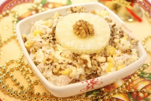 Салат «Новогоднее настроение». Кулинарный фото рецепт приготовления салата с курицей и ананасом на новогодний стол.