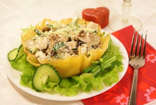 Салат «Влюбленность». Кулинарный фото рецепт приготовления салата в корзинке из сыра.