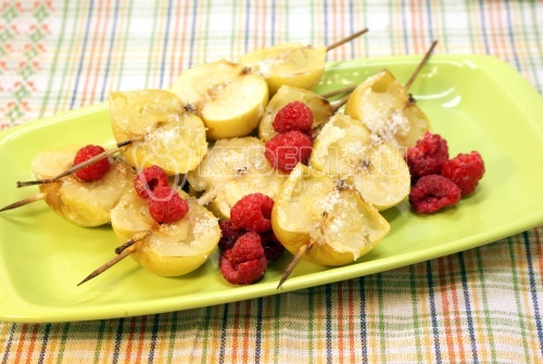 Запеченные яблоки с сахаром и малиной