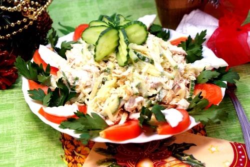 Салат «Новогодняя мелодия». Кулинарный пошаговый новогодний рецепт с фотографиями салата с курицей и блинчиками.