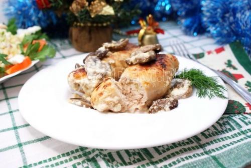 Куриные рулетики с грибами и сыром. Пошаговый кулинарный рецепт с фотографиями приготовления рулетиков из курицы с грибами и сыром.