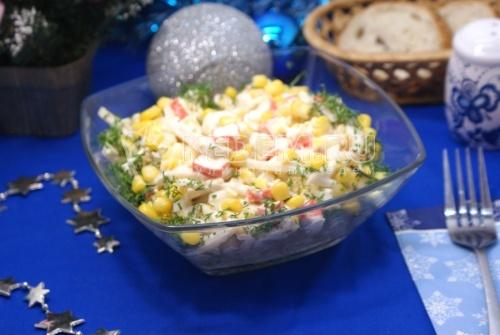 Салат с кальмарами и кукурузой. Пошаговый кулинарный рецепт приготовление салата с кальмарами и кукурузой на новогодний стол.