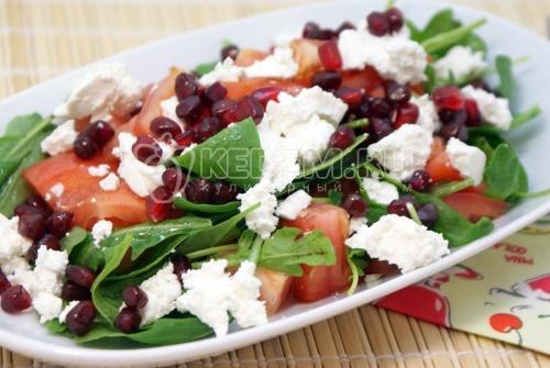 Рецепт Салат из рукколы, гранатом и сыром