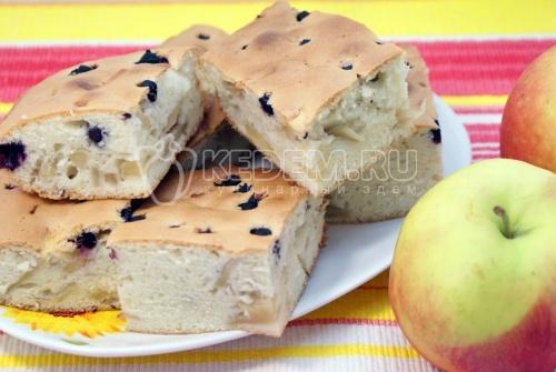 Шарлотка с яблоками и ягодой - рецепт