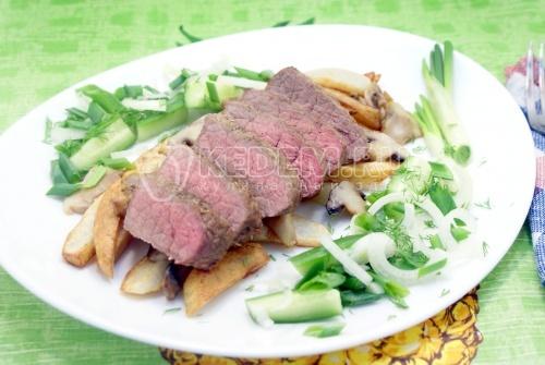 Ростбиф с жареным картофелем и грибами
