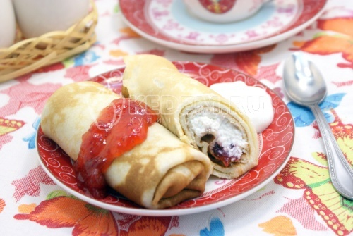 Рецепт Блины на сливках с творогом и клубничным джемом