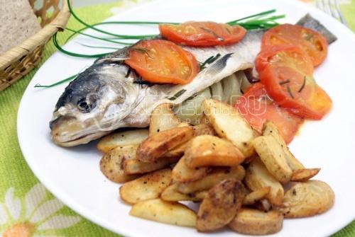 Толстолобик с томатами. Пошаговый кулинарный рецепт с фотографиями приготовление толстолобика с овощами запеченного в фольге.