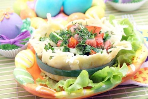 Овощной салат в сырной корзинке. Пошаговый кулинарный рецепт с фотографиями приготовления овощного салата в сырной корзинке.