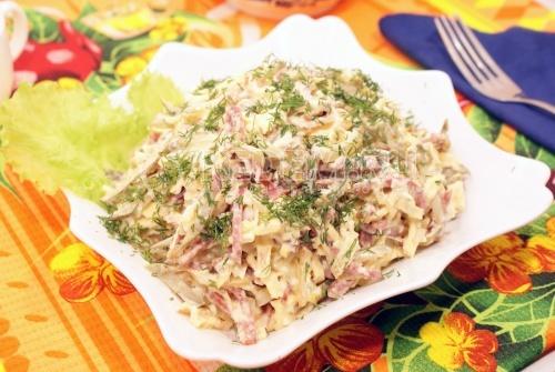 Сытный салат. Кулинарный рецепт приготовления сытного салата с блинчиками, колбасой, луком и маринованными огурчиками