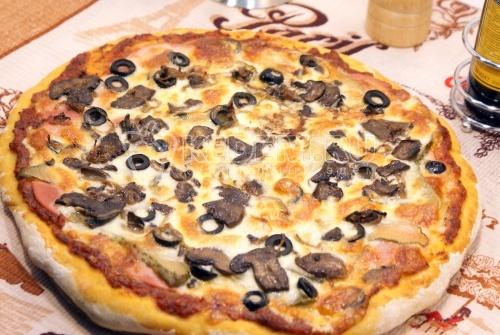 Пицца с колбасой и грибами - рецепт