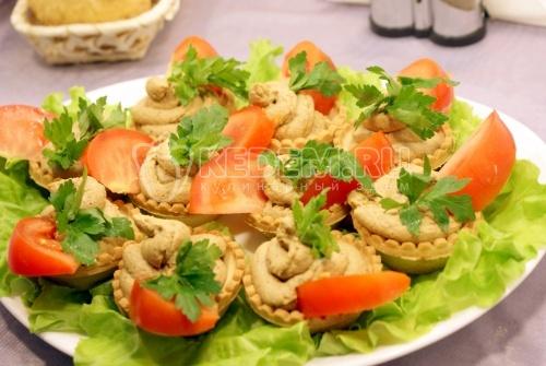 Рецепт Тарталетки с печеночным муссом и помидорами