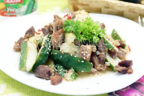 Рецепт Салат с мясом и острыми огурчиками