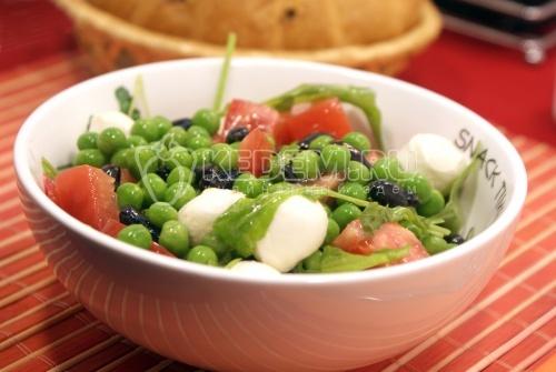 Салат с моцареллой и жимолостью - рецепт