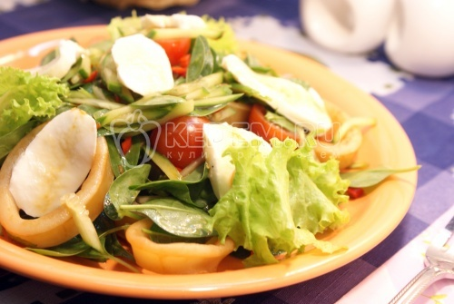 Салат из кальмаров со шпинатом