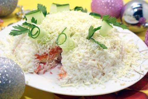 Новогодний салат «Нежность».  Пошаговый кулинарный рецепт с фотографиями приготовления новогоднего слоеного салата «Нежность» с крабовыми палочками