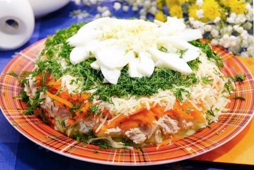 Салат «Хризантема». Пошаговый кулинарный рецепт с фотографиями приготовления слоёного салата «Хризантема» с курицей.