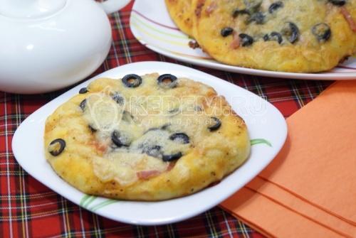 Мини-пиццы с ветчиной, маслинами и моцареллой