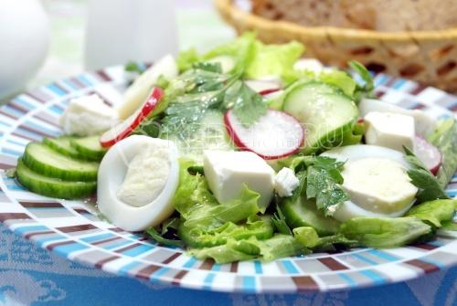 Салат с редисом, огурцом, сыром и яйцом «Тео»